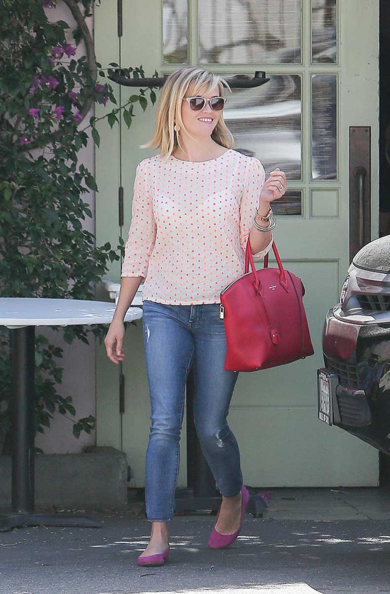 Reese-Witherspoon-Carrying-Louis-Vuitton