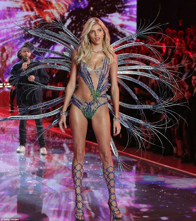 2E541DF300000578-3312676-Ornate_American_beauty_Devon_Windsor_shimmered_in_blue_and_green-a-95_1447246963919