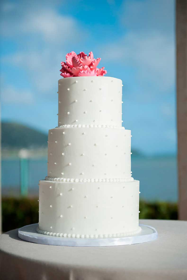 details-classic-wedding-cake-both-soft-intricate