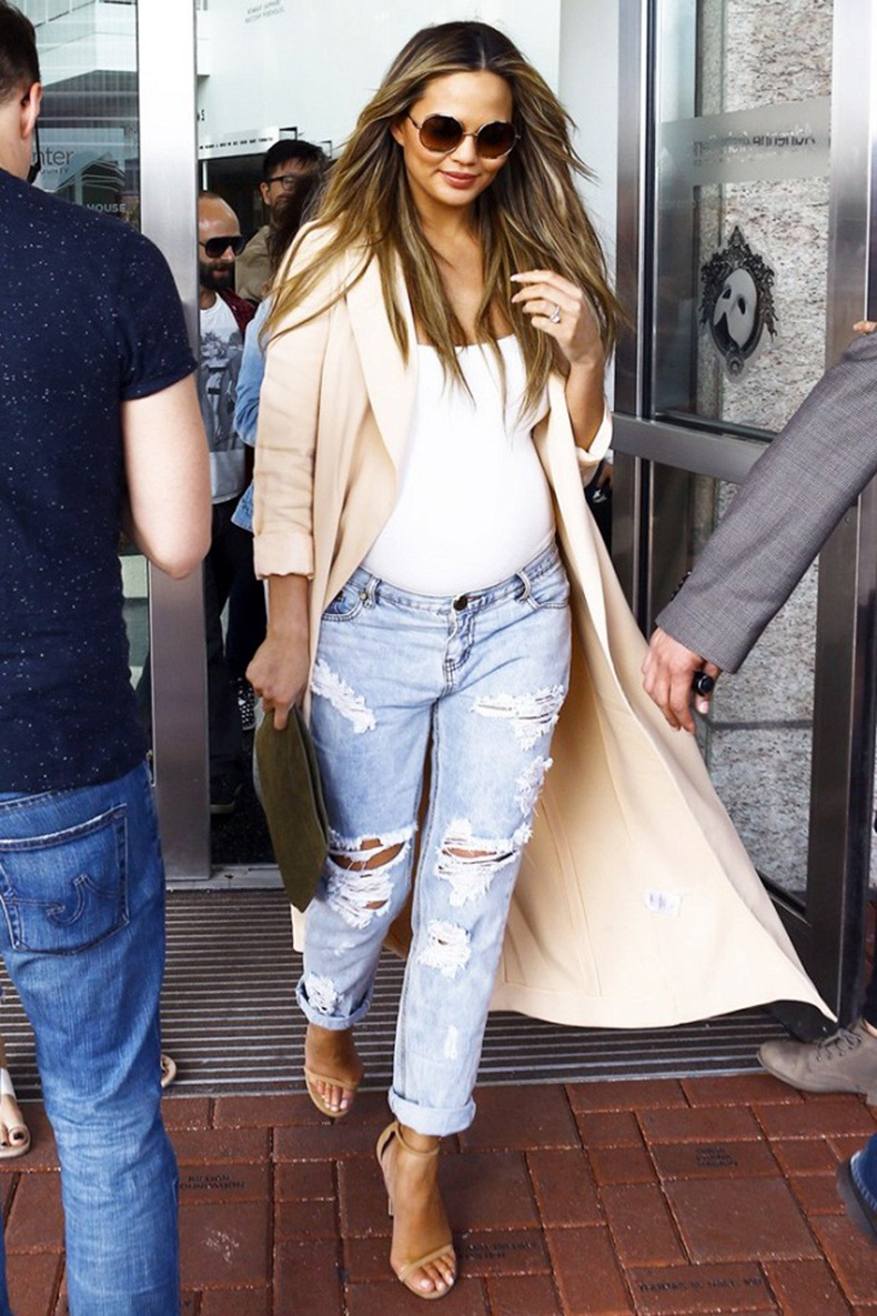 okay-chrissy-teigen-seriously-has-the-chicest-maternity-style-1679947-1456860769.640x0c
