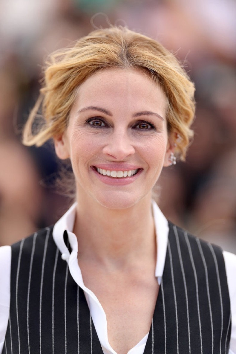 Julia-Roberts-wore-her-hair-loose-tied-back-darkly-lined