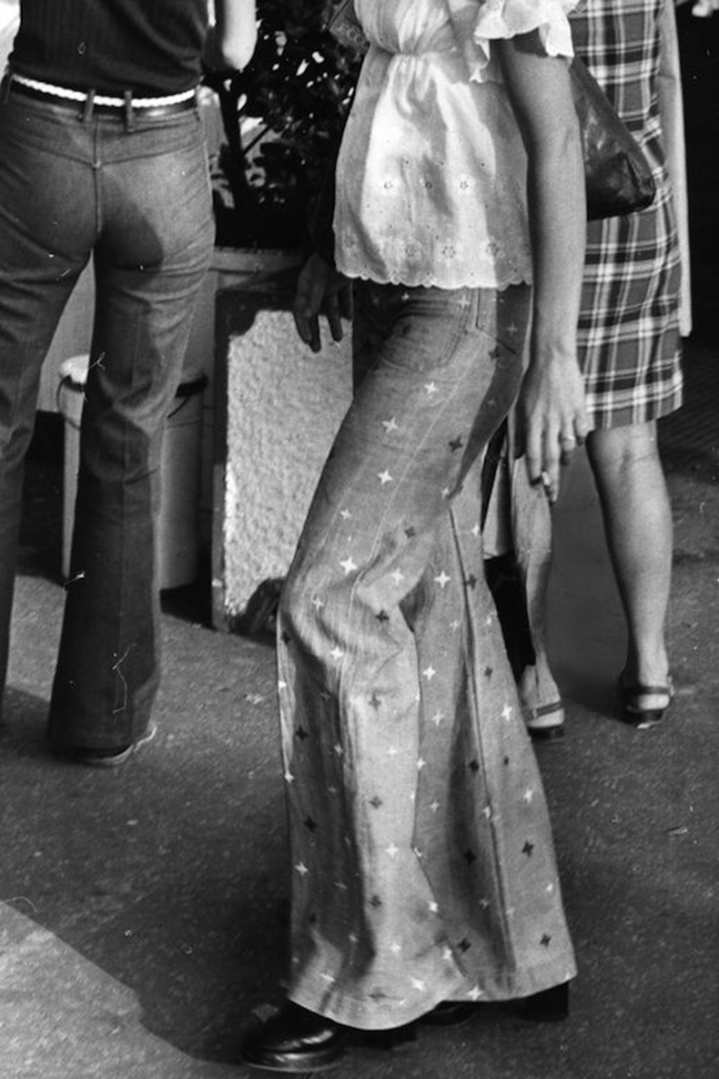 Le-Fashion-Blog-1970s-70s-Street-Style-Vintage-Photos-Print-Wide-Leg-Pants-Flared-Bell-Bottoms-Via-Tres-Blase