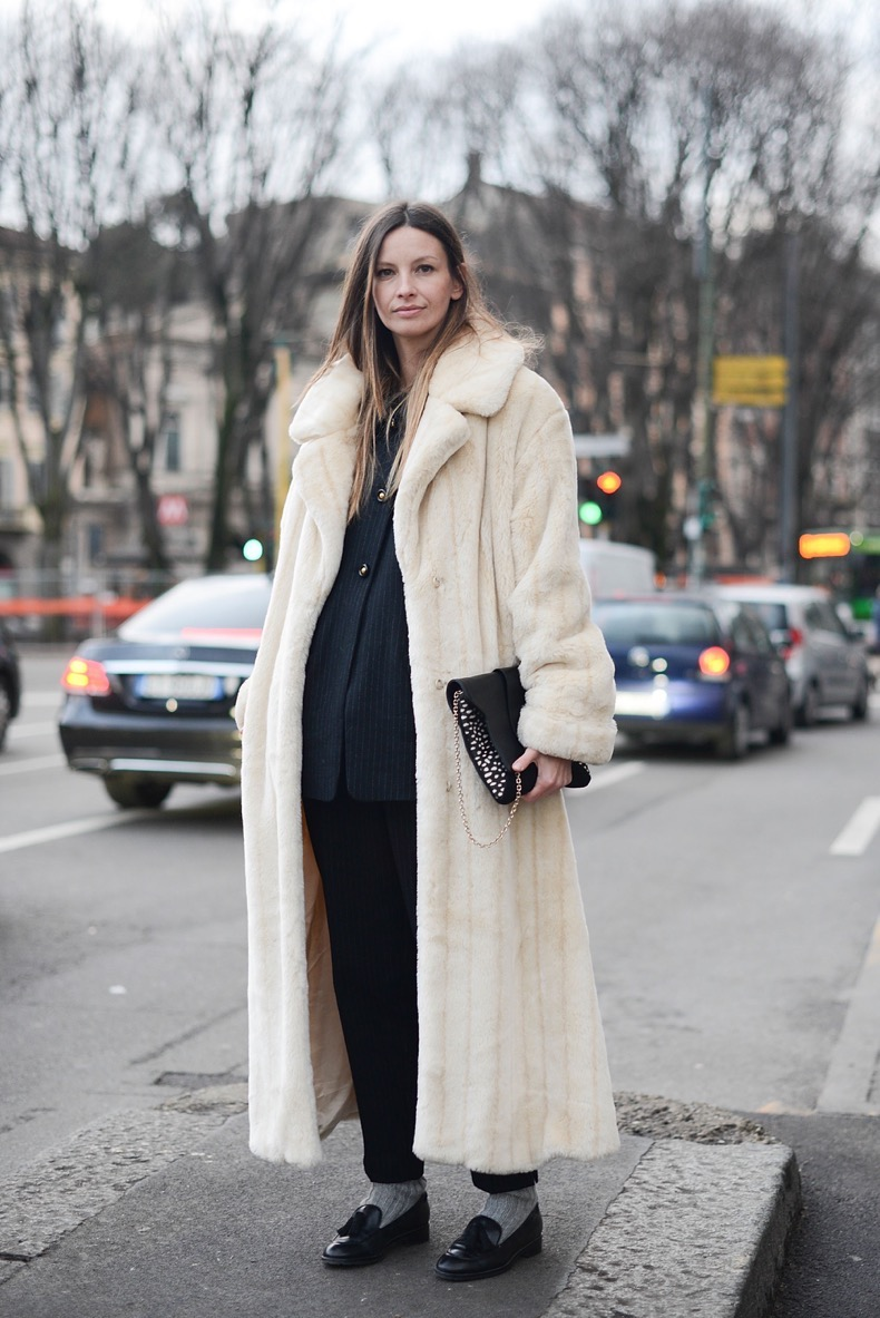 MILAN, ITALY - JANUARY 17: Clara Racz poses wearing a vintage outfit, Manurina clutch and Geox shoes on January 17, 2015 in Milan, Italy. (Photo by Vanni Bassetti/Getty Images)