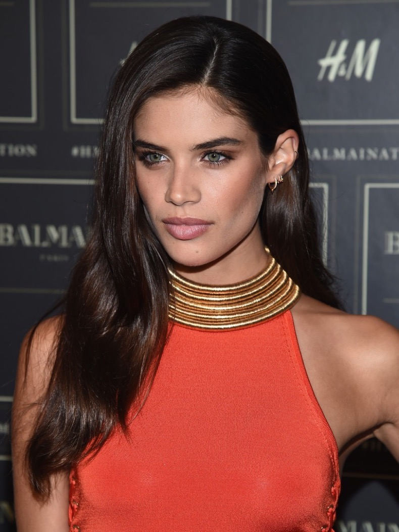 Sara+Sampaio+Long+Hairstyles+Long+Side+Part+HsaL8WbegESx