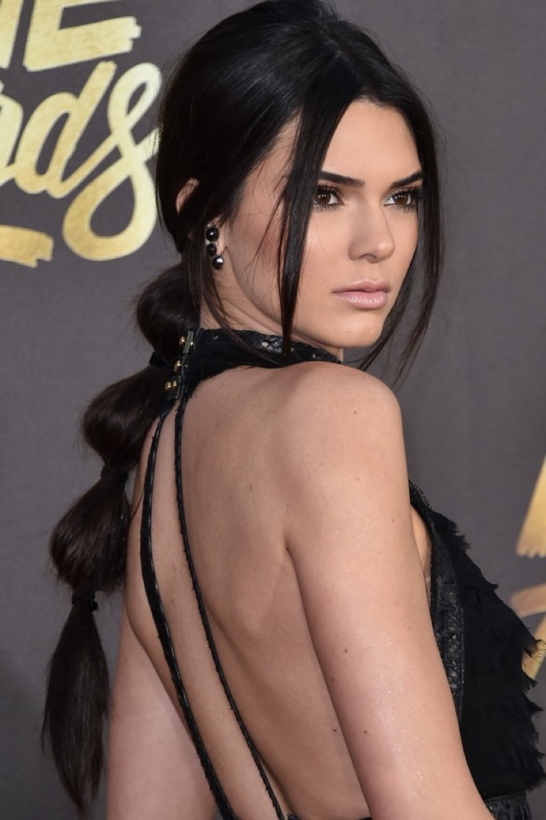 Kendall-Jenner-bubble-ponytail-hairstyle-at-MTV-Movie-Awards-2016