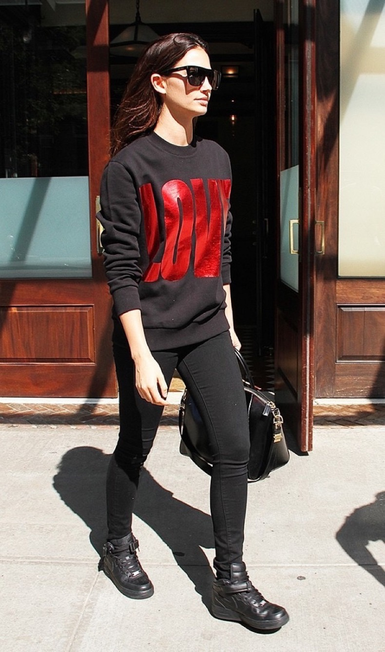 the-cool-girl-way-to-style-a-graphic-sweatshirt-1857512-1470201838.640x0c