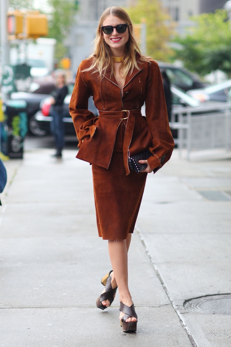 dree-hemingway-showed-some-sharp-suiting-70s-style-platforms